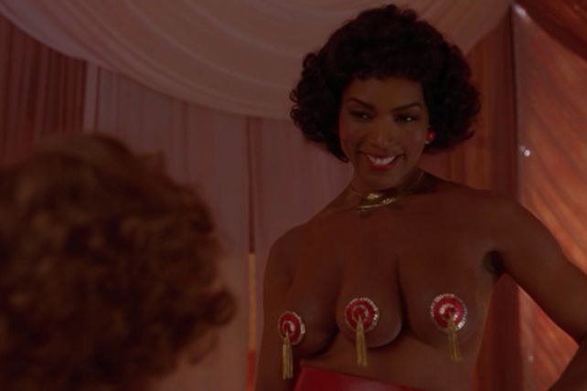 angela bassett three breasts american horror story_raannt